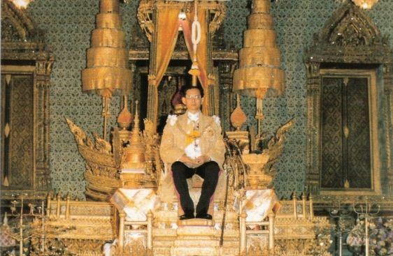 Молодой Пхумипон Адульядет восседает на своем троне в королевском дворце, основанным еще Рамой I династии Чакри