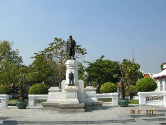 Памятник, посвященный генералу Таксину, расположенный в Бангкоке