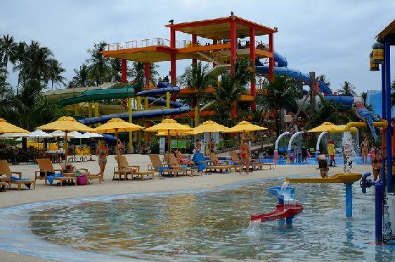 А на Май Као, наоборот, в любое время года много народа, сюда его привлекает единственный на всём острове аквапарк ''Splash Jungle''