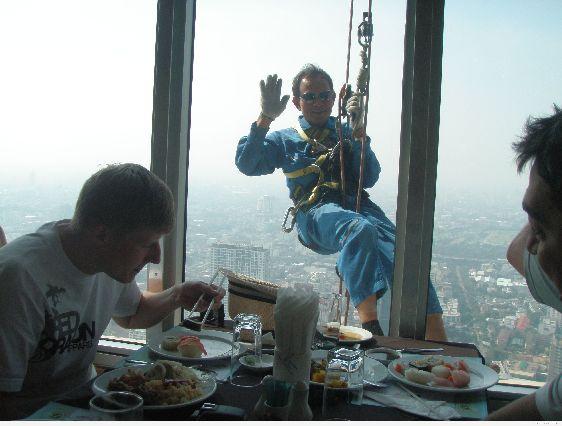 В башне расположено несколько ресторанов, ''Bangkok Sky'' - наиболее оптимальный по соотношению цена/качество,  находится он на 76 и 78 этажах
