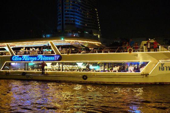 Ночной круиз по реке Чао Пхрайя позволит его участникам открыть для себя совершенно иной Бангкок