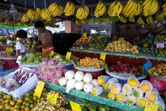 Фрукты в Пхукете-Тауне продаются на круглосуточном рынке ''Downtown Market''