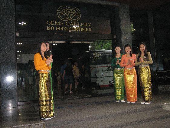Центр по торговле ювелирными изделиями расположен на площади 15.000 м² и занимает второе место по величине после паттайского филиала