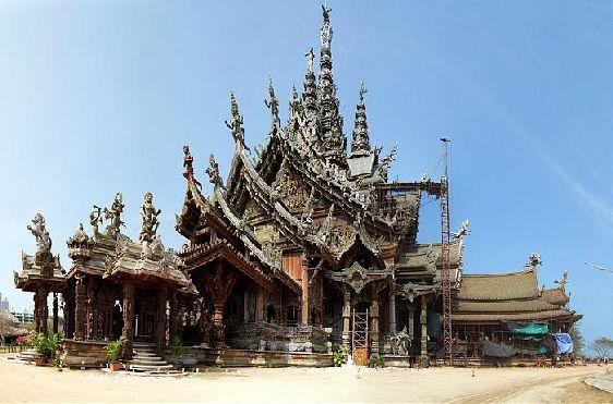 Храм Истины выполнен в стиле старинной кхмерской архитектуры, особенно привлекательны резные орнаменты и скульптуры животных, богов и людей