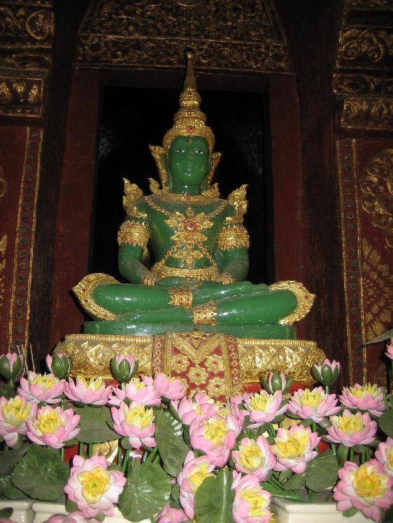 Статуя Измурудного Будды выполнена из нефрита, она считается одной из самых старейших статуй Будды в мире. На протяжении многих веков скульптура кочевала по разным землям, своё окончательное место упокоения она нашла после строительства этого храма  королём Рама I
