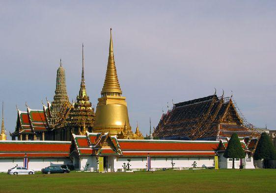 Храм Изумрудного Будды находится на территории Королевского Дворца,