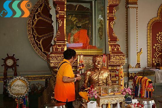 В храме ''Wat Khunaram'' находится муммифицированное тело монаха Лоунга Пордаенга - известнейшего на Самуи мастера медитации, оно хранится в стеклянном саркофаге с 1976 г.
