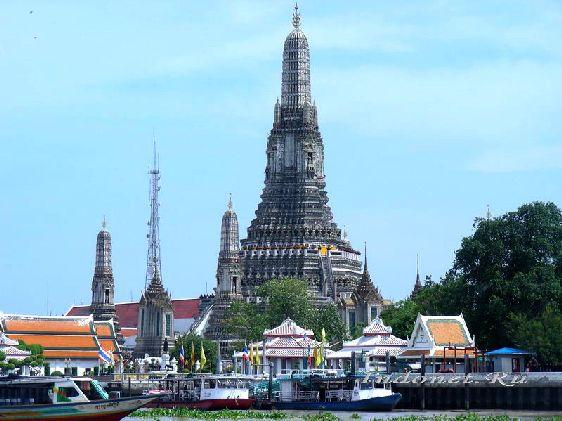 Ват Арун - единственный храм Бангкока, оформление которого не походит на привычный для храмов Тайланда архитектурный стиль