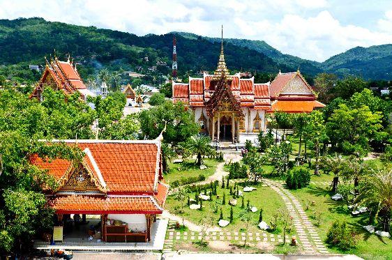 Среди всех храмов острова (около 31) Ват Чалонг является самым крупным и популярным