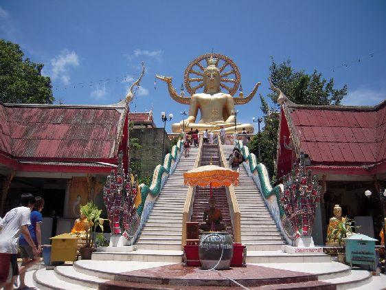 Храм ''Wat Phra Yai'' - самая первая достопримечательность, с которой знакомишься на Самуи, поскольку его отчётливо видно уже при подлёте к острову