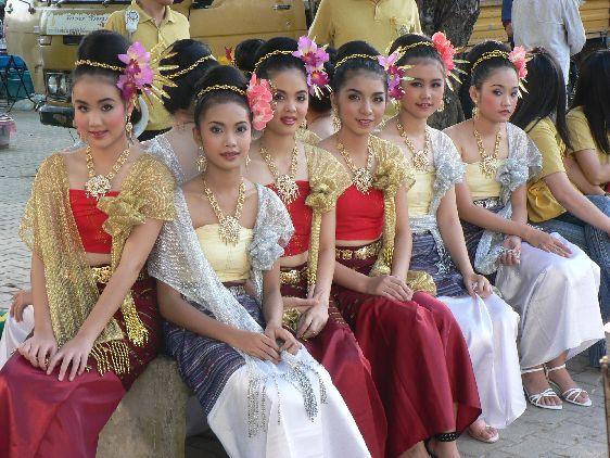В Тайланде не принято одеваться неопрятно, правда, и сами тайцы уже не одеваются слишком изысканно.. разве что на специальных мероприятиях