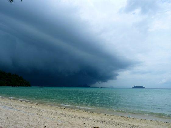 Приближение тайфуна на острове Пхи-Пхи
