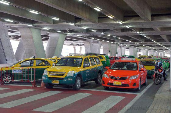 Из аэропорта Суварнабхуми можно уехать на такси