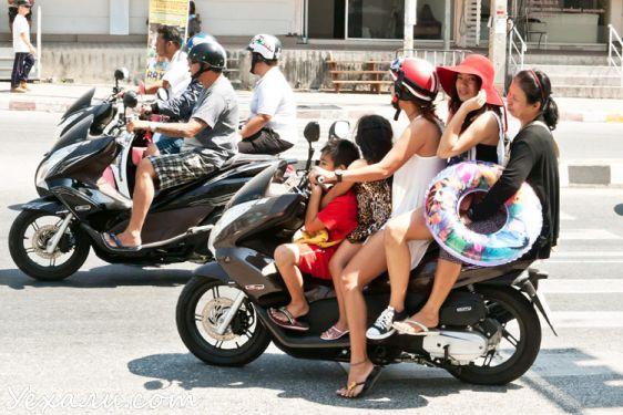 Правила безопасности при езде на мопедах в Тайланде мало кто соблюдает