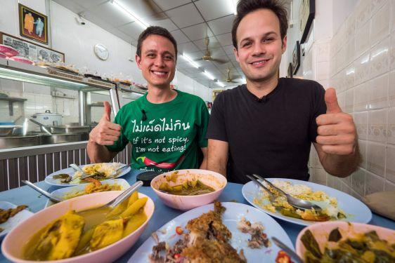 В Бангкоке огромный выбор мест, где можно поесть: от фастфуда и уличной еды до дорогих ресторанов