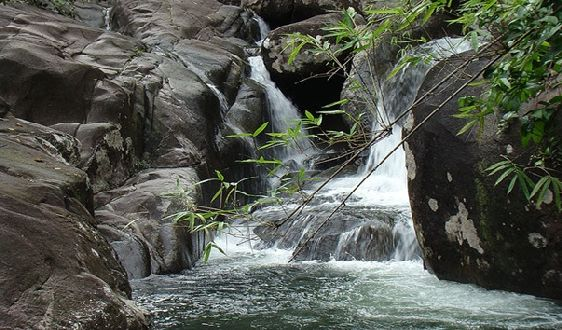 Кристально чистый водопад Khao Chamao расположен в одноименном национальном парке
