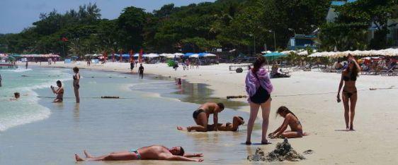 Все пляжи на  Ко Самет очень чистые, а вода прозрачная, ведь и это неудивительно, ведь остров входит в Национальный Морской Парк