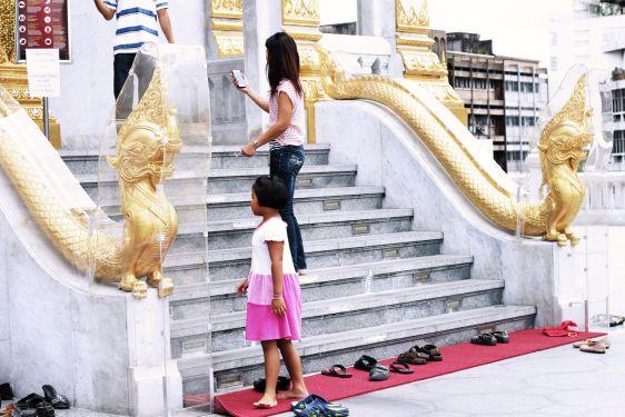 Перед входом в храм в Таиланде стоит снять обувь