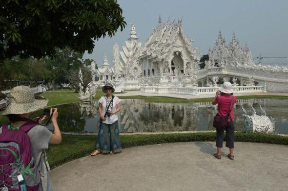 Одеваться при посещении тайских храмов нужно скромно