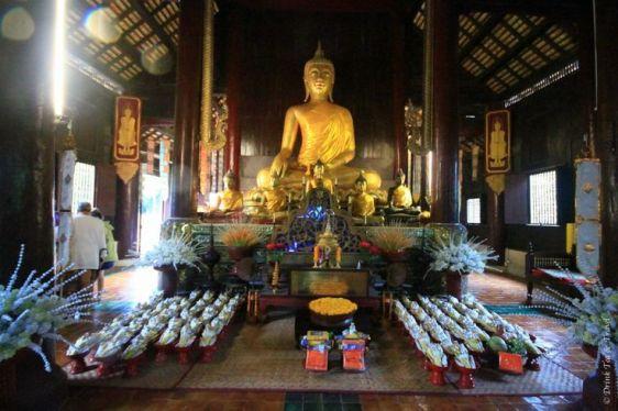 Вести себя в храм Таиланда нужно тихо
