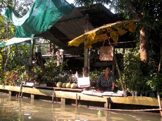 Если вы хотите посетить один из плавучих рынков Бангкока без толкотни туристов, то вам стоит отправиться в Bang Khu Wiang, который предпочитают сами местные жители