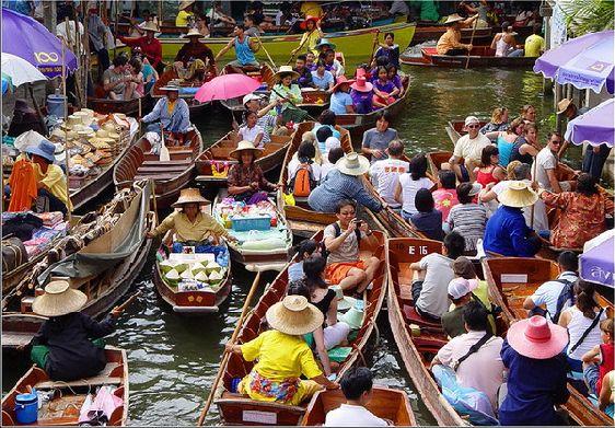 Плавучие рынки Бангкока во все времена притягивали туристов своим колоритом