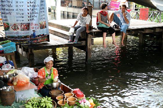 Для осмотра каналов рынка  Taling Chat можно попробовать нанять лодку в одной из близлежащих деревень