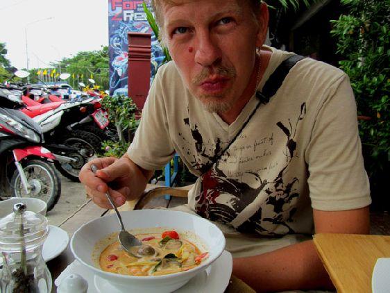 Здесь Таиланд все-таки выигрывает: здесь огромное количество отелей, вилл и гестхаусов, рынки и магазины ориентированны на туристов, повсюду кафе и рестораны, предлагающих как местную, так и интернациональную кухню, подходящую для европейских желудков )